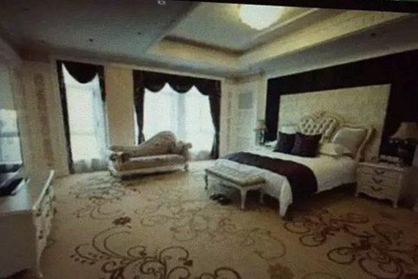 于铁义在北京五星级酒店所包的总统套房(视频截图)