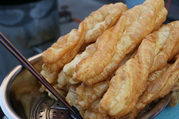 卖油条的小吃摊(图片:Wikipedia)