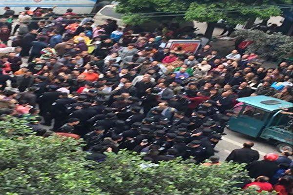 赵鑫离奇死亡后 泸县民众万人上街声援死者家属讨要真相