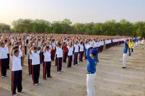 印度警察大学千名学生学炼法轮功