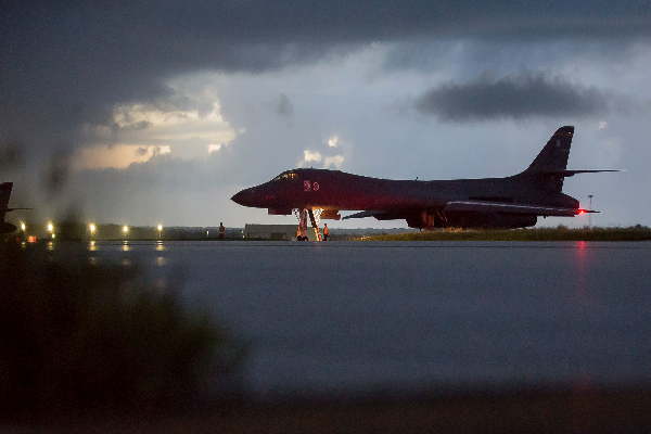 图中为一架美B-1B轰炸机(Staff Sgt. Joshua Smoot/U.S. Air force via AP)。