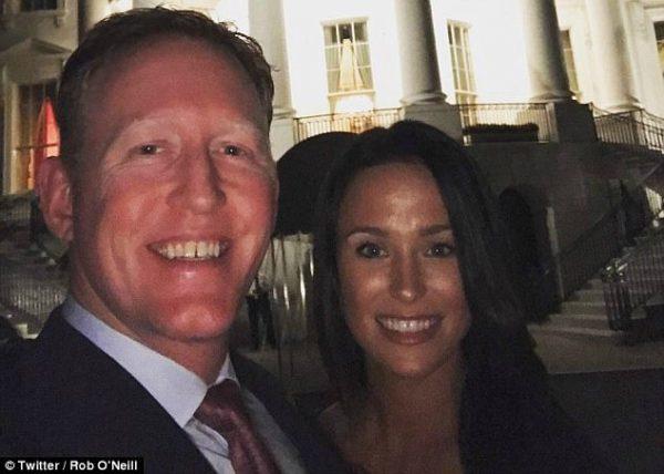 图为奥尼尔夫妇在白宫南草坪的合影(Rob O'Neil/推特)