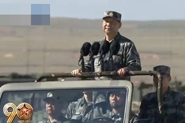 习近平今年7月底在内蒙古阅兵。(视频截图)