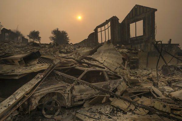 2017年10月10日,太阳在浓烟中升起,此前加州圣罗莎野火肆虐。(Paul Kitagaki Jr. /The Sacramento Bee via AP)