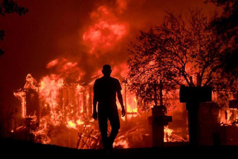 2017年10月9日,Jim Stites看着自己在Fountaingrove的社区被大火毁于一旦。强风吹起的野火燃烧着加州的这个葡萄酒之乡。(图片来源:Kent Porter/The Press Democrat via AP)