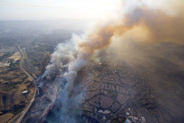 2017年10月9日,野火向加州塔斯汀移动。(图片来源:Cindy Yamanaka/The Orange County Register via AP)