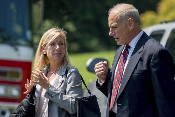 川普提名白宫幕僚长凯利(右)的副手尼尔森(左)出任国土安全部部长。(AP Photo/Andrew Harnik)