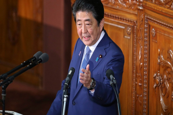 图中为日相安倍晋三今天在日本国会做讲演(美联社图片)。