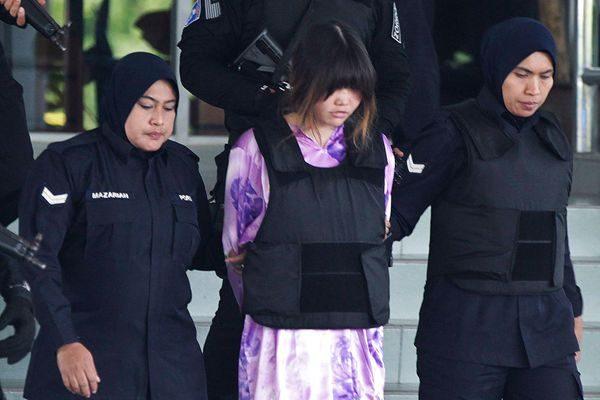 嫌犯越南籍的段氏香遭押送出庭。(AP Photo/Sadiq Asyraf)