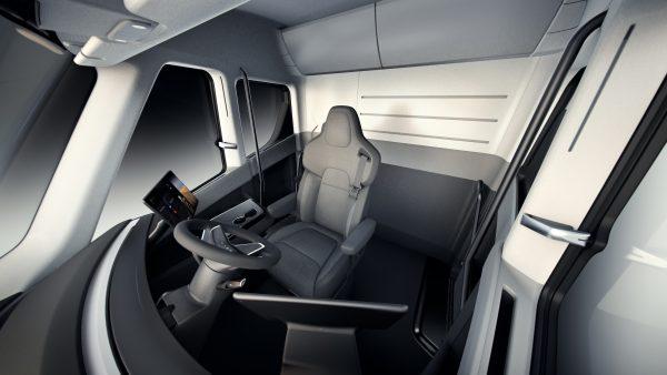 11月16日新面世的特斯拉重型电动卡车,驾驶室布局与燃油车不同。(Tesla via AP)