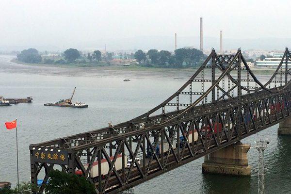 美国再施压中共要求切断对朝鲜的供油(网络图片-中朝友谊桥)