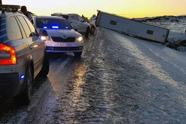 冰岛一辆载有46名中国游客的巴士周三发生倾翻事故。(Jonas Erlendsson/AP)