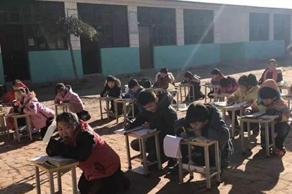 气温在零摄氏度以下小学生在室外上课