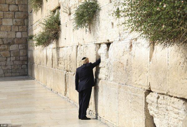 今年5月22日,川普总统访问耶路撒冷,向哭墙里放入一张祈祷纸条。(AP Photo, file)