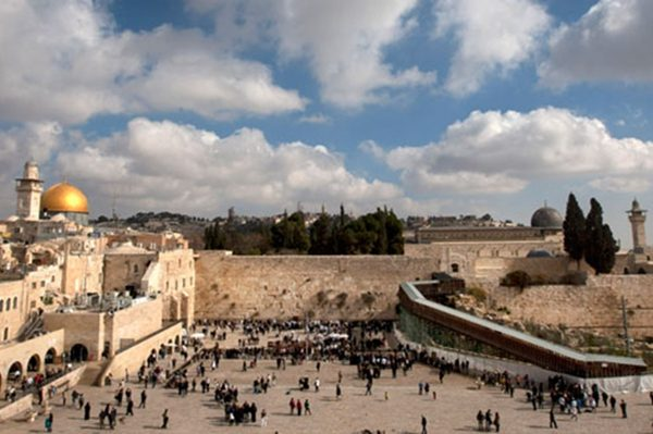 耶路撒冷哭墙和远处的清真寺圆顶。(AP Photo, file)