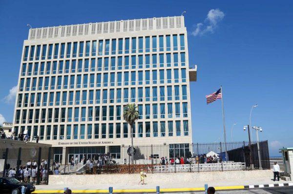 图为美国驻古巴首都哈瓦那使馆。(美联社/Desmond Boylan)