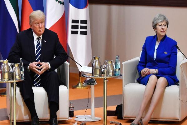 图中为川普总统和英相特蕾莎・梅(美联社图片)。