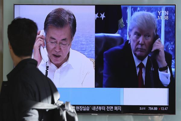 韩国电视播放川普总统与文在寅总统通话(Lee Jin-man/AP)。