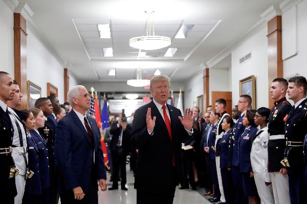 川普总统于2017年7月20日在五角大楼视察时回到记者提问(AP Photo/Pablo Martinez Monsivais)。