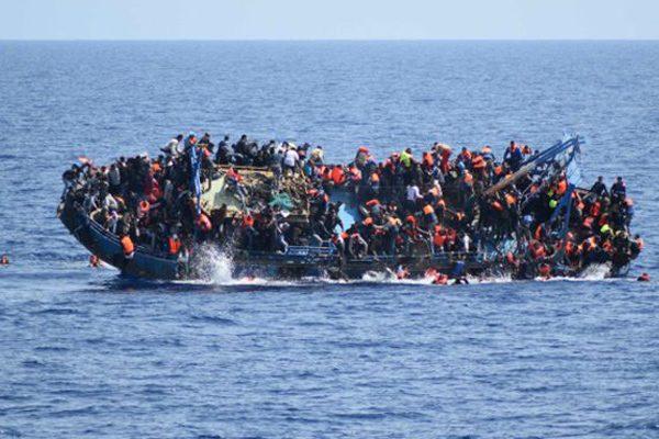 2016年05月25日 ,利比亚外海一艘难民船翻覆,恐有百人罹难 (图片:美联社)