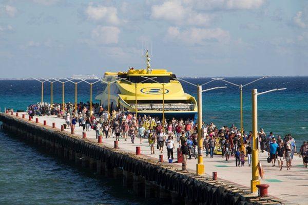 乘坐渡轮抵达卡门海滩港口的游客和乘客。(AP Photo/Gabriel Alcocer)