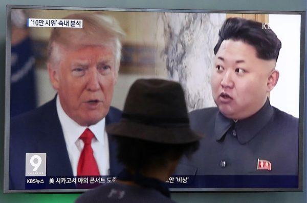 电视画面中的美国总统川普与朝鲜领导人金正恩(AP Photo/Ahn Young-joon)