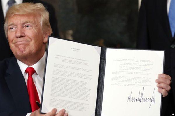 17年8月14日,美总统川普手持签署的授权调查中共贸易行为文件。(原图:AP/美联社)