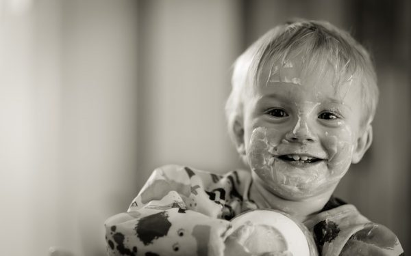 宝宝想试着自己吃饭,再正常不过。(图片:Pixabay)
