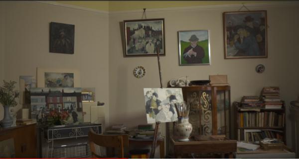 Eric Tucker的客厅变成画展 (图片:Youtube视频截图)
