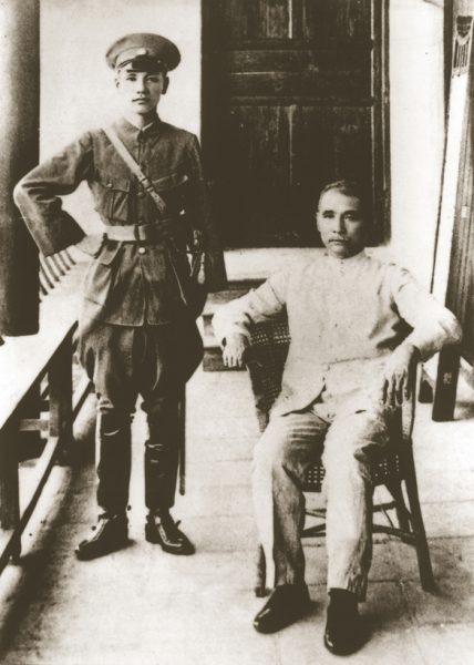 Tôn Trung Sơn vào cuối lễ khai mạc Học viện quân sự Whampoa, với Jiang Zhuying, tháng 6 năm 1924 (Ảnh: Wiki)