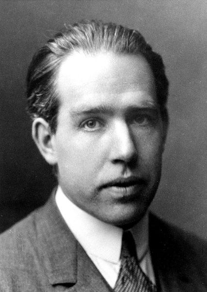 说到西方大师与《易经》的渊源,有一个人不能不提,便是20世纪量子物理学大师玻尔 (图片:维基百科)