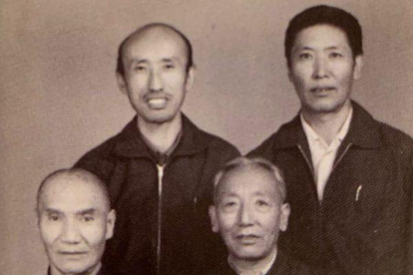 1978年出狱后的夏伍·洛桑塔杰(右上)和前狱友们合影留念。(VOA)