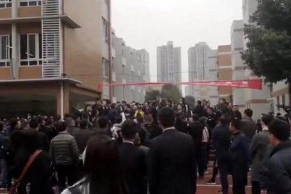四川省成都七中实验学校大批家长到学校门外抗议示威。(网络图片)