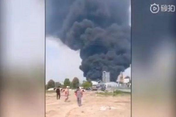 4月13日,江苏丹阳开发区一企业发生火灾,滚滚黑烟升空。(视频截图)
