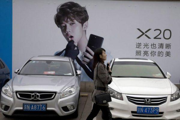 图为2017年10月21日北京的时尚消费广告。(AP)