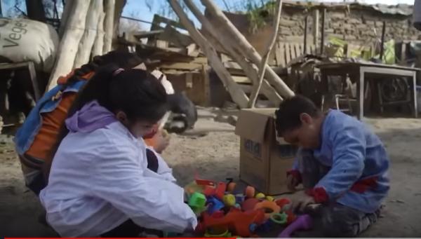 贴心的 Nicanor 还给年纪小的小朋友,准备了一点玩具 图片:视频截图