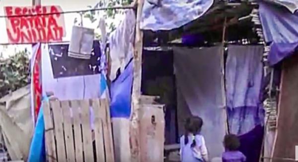 一座由捡来的木板和缝合在一起的破烂帆布构成的学校便在奶奶家后院拔地而起 ( 图片:Esta Locura/ 视频截图)