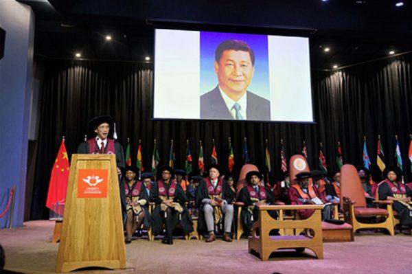 4月11日,习近平被授予南非约翰内斯堡大学工程学名誉博士学位。(中共驻南非大使馆官网)