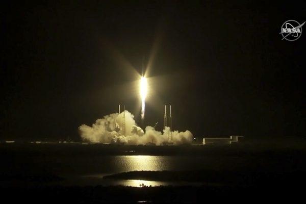 SpaceX首批60颗Starlink互联网卫星成功升空