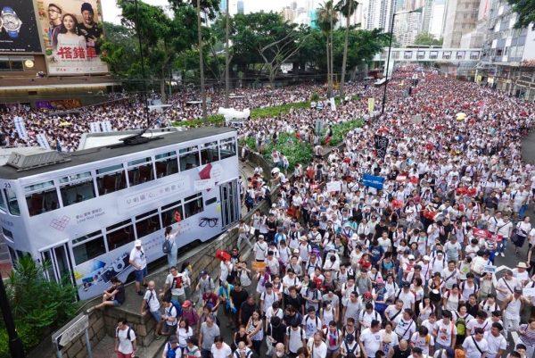 「反恶法 救香港 」 103万港人6.9上街缔造历史