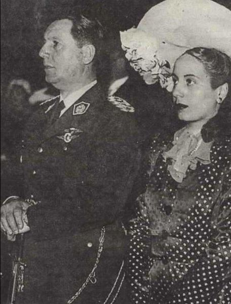 The Peróns at their 1945 wedding (图片:wikimedia)