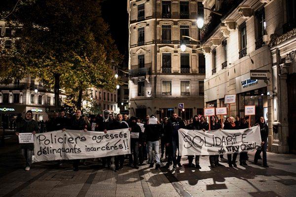 不满屡遭攻击 法国警察罕见上街抗议