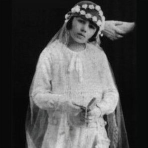Eva Duarte at her First Holy Communion, 1926 (圖片:wikipedia)