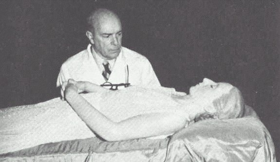 Eva Perón's embalmed corpse is inspected by Dr. Pedro Ara.(图片:wikipedia)