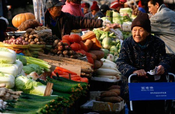 中共官员大肆享用特供食品,与普通百姓有着天壤之别