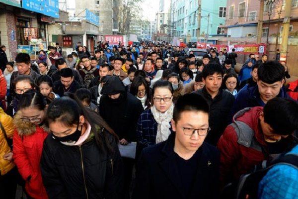 11月27日,山西太原参加2017年中国国家公务员考试的考生们陆续进入考场(网络图片)