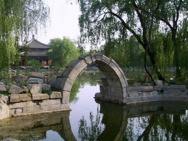 鉴碧亭北侧,单孔石拱残桥(资料图片:wikimedia/Shizhao)