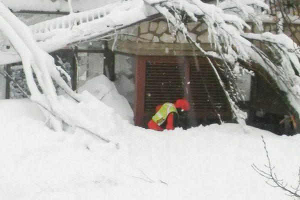 意雪崩掩埋酒店发现10名幸存者2人已获救