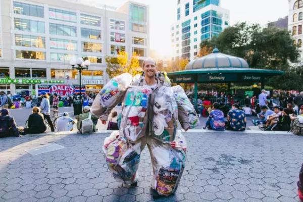 百万富翁身上绑满6个塑料袋,火遍全世界后,他却发现···