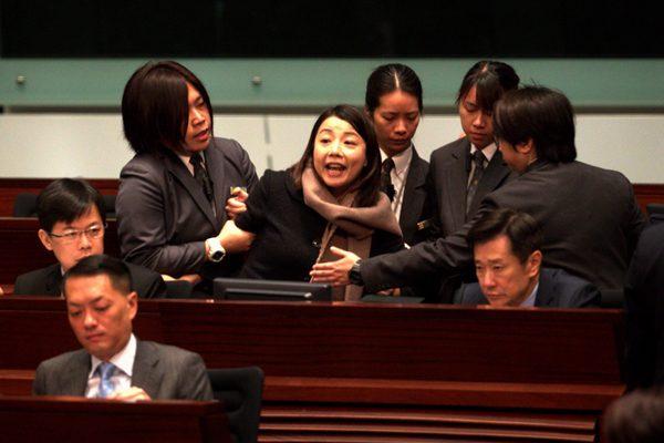 梁振英施政答问会腰斩 议员刘小丽指证特首说谎被逐离场